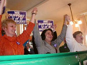 Workers celebrate their victory in the strike of 2003